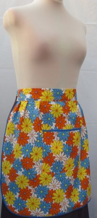 LARGE POCKET HALF APRON     .    OS  -  Outsize ( to fit waist up to 33.5 ins / 85 cm )